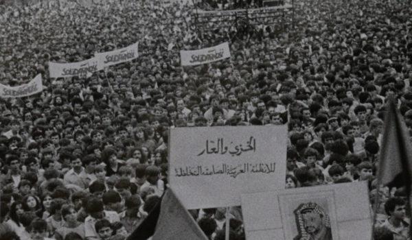 """Kadr z filmu Belgrad solidarny z """"Solidarnością""""."""